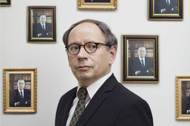 Olivier Broche © Aglaé Bory (Portrait officiel de François Mitterrand © La Documentation française. Photo Gisèle Freund)